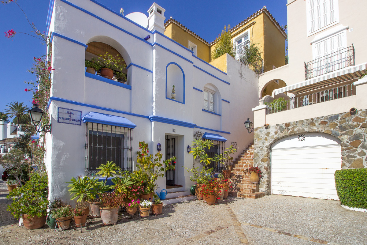 A charming 3 bedroom town house in the award winning development of La Heredia.   On the ground leve, Spain