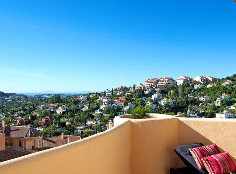 This beautiful apartment is located in Aloha Hill Club Resort, one of the best Resorts in Nueva Anda,Spain