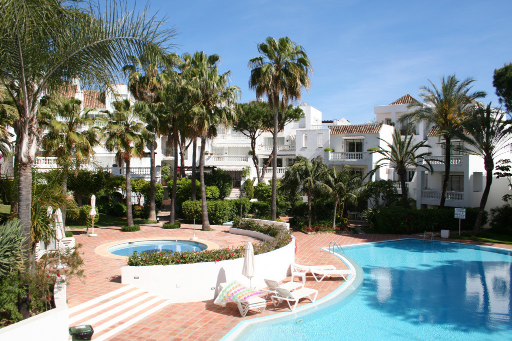 Within the sought-after White Pearl Beach I, this beautiful luxury garden apartment is conveniently ,Spain