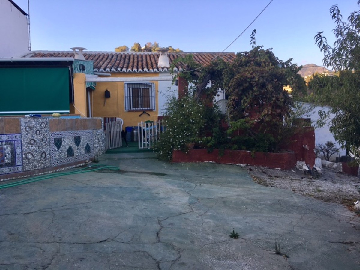 Country property with private plunge pool, private parking and 1500m2 of land. The property consists,Spain