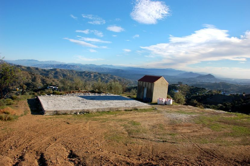 This plot is perched high on a hillside offering magnificent 360º views across the Guadalhorce valle, Spain