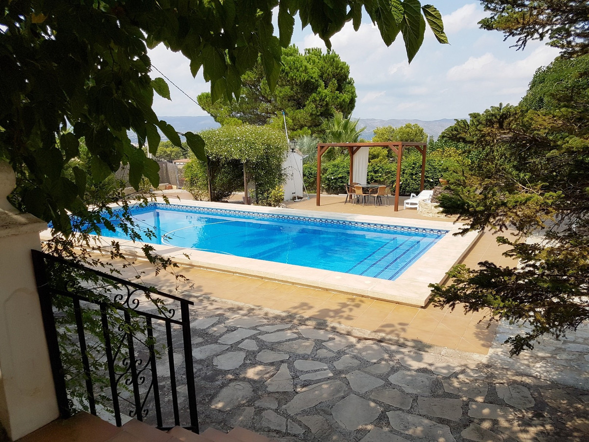 Lovely country house of 273m2 on a fenced plot of 1627m2. Tennis court of 509m2 built in 1992.  Very, Spain