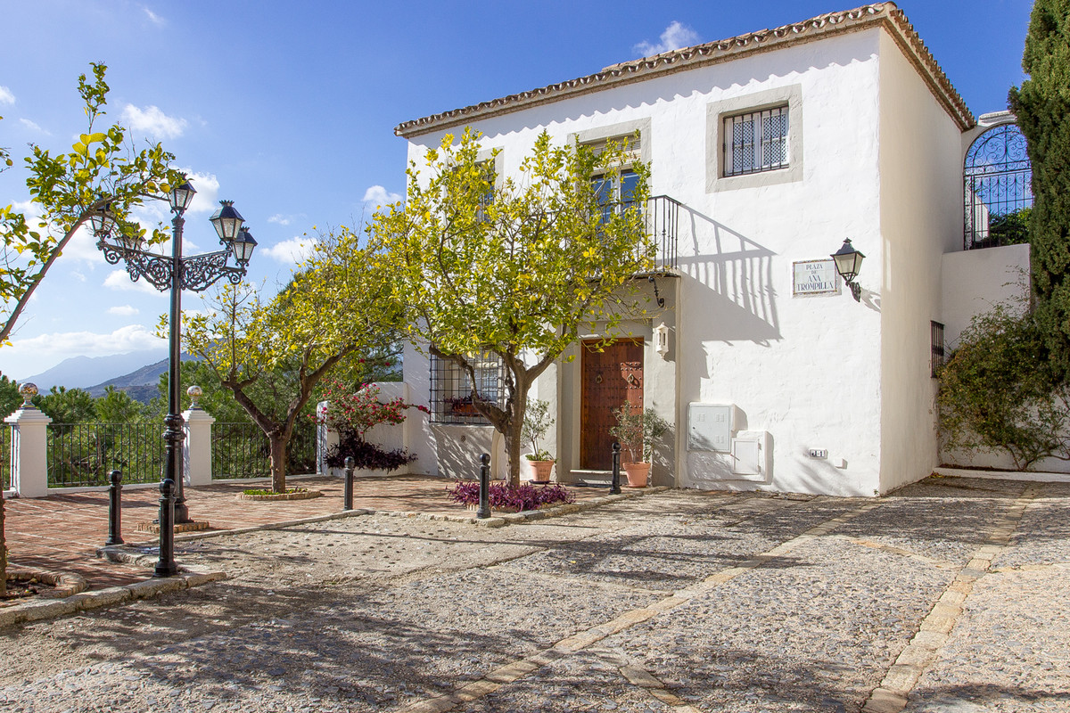 A beautiful 2 bedroom, 2 bathroom townhouse with a fully fitted kitchen and spectacular views of the, Spain