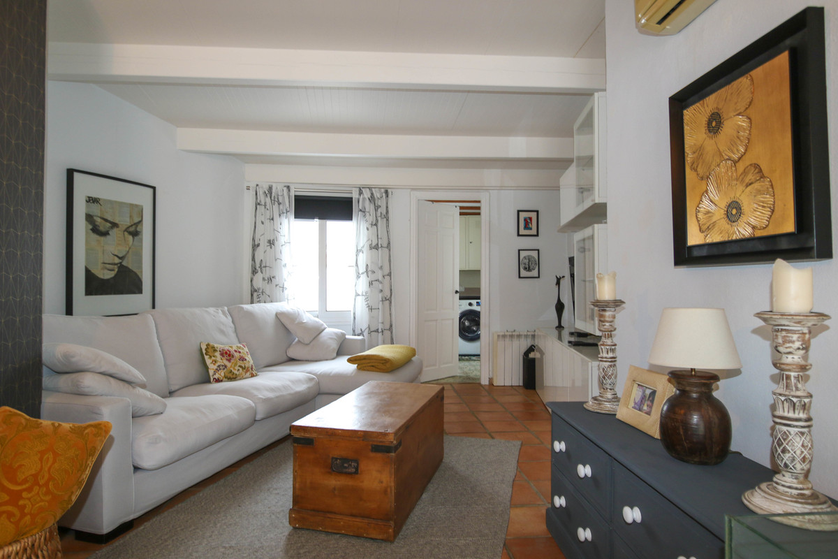 Immaculate Town House with the WOW factor.  If you are looking to purchase a town house, this proper, Spain