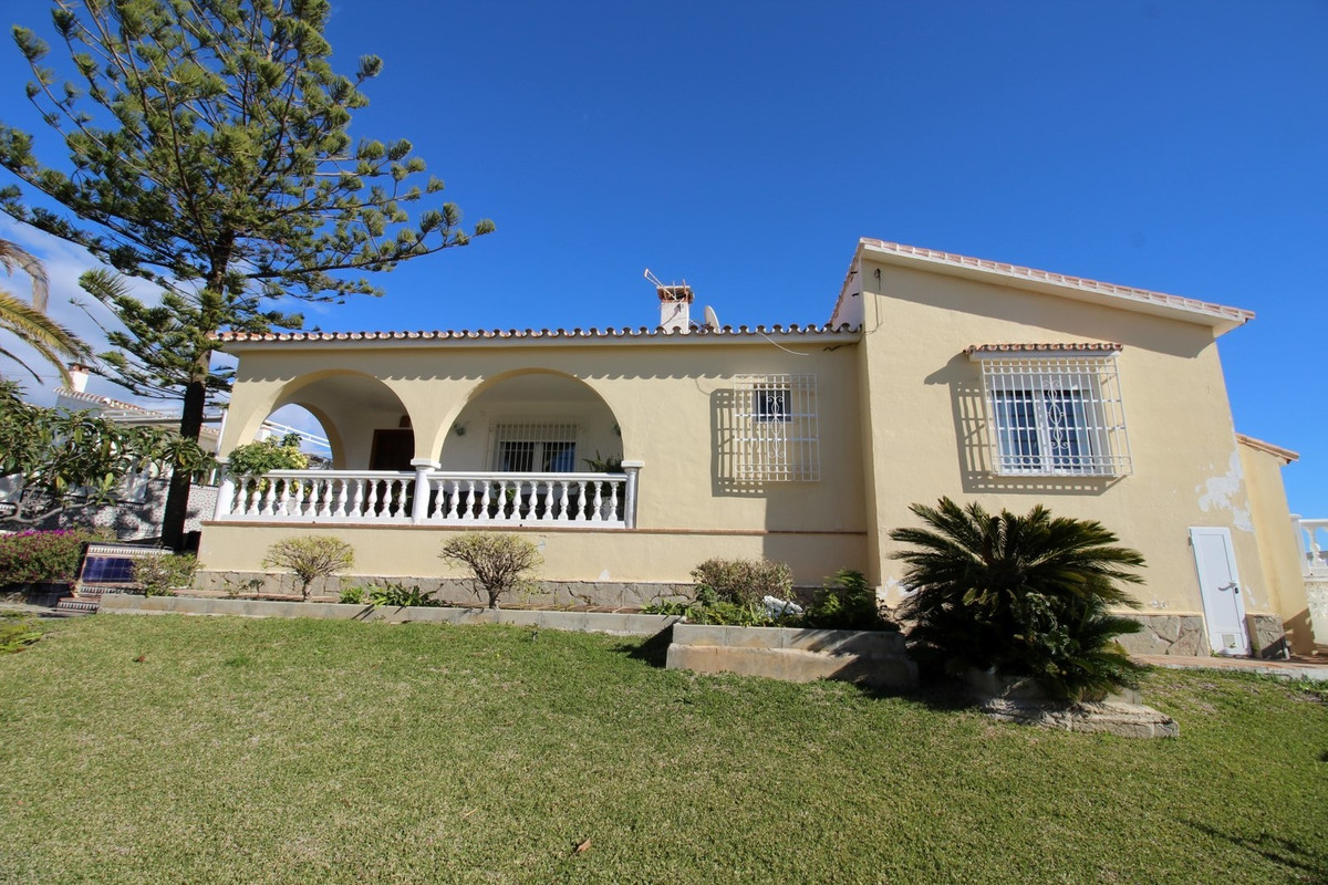 Wonderful Villa in Caleta del Sol. This property is distributed in lounge and dining room, with acce,Spain