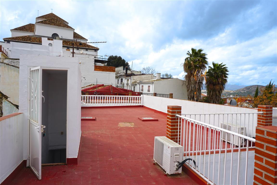 Spacious and recently refurbished townhouse within a minute walk from the bus station. As you enter ,Spain