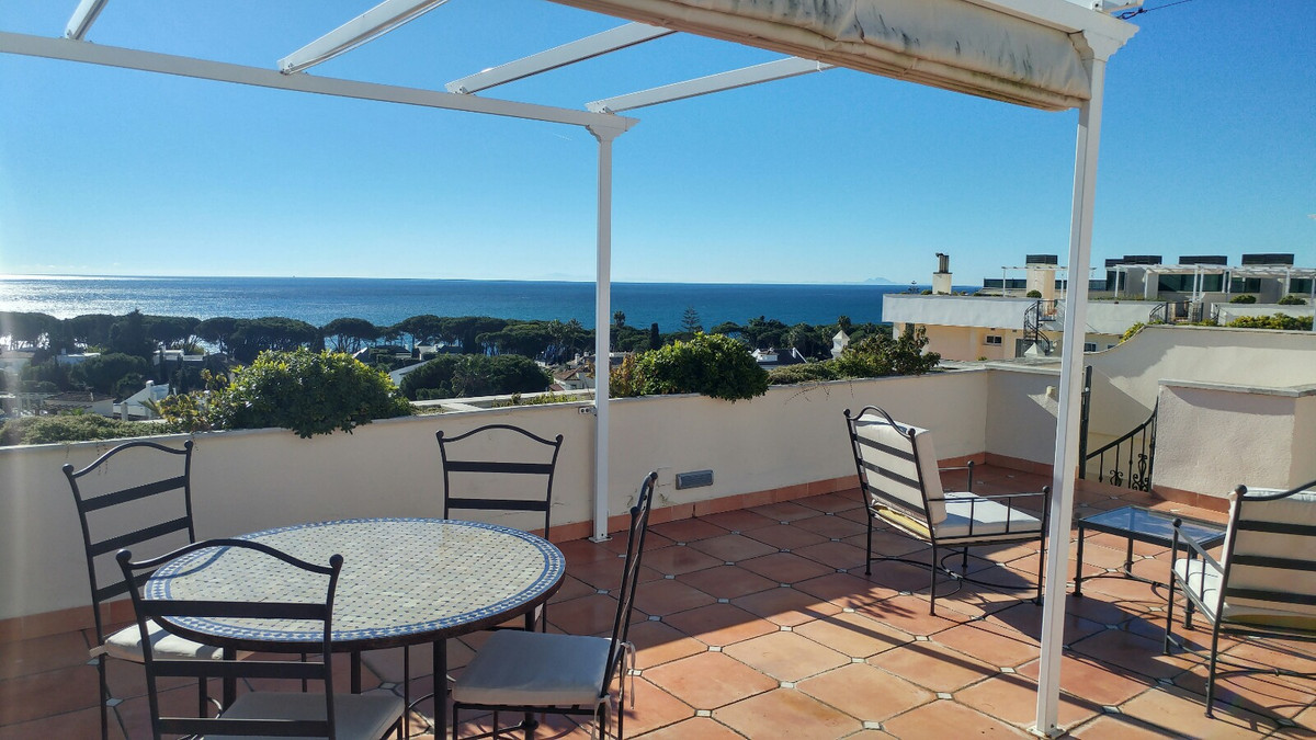 An astounding duplex penthouse in the Guadalpin hotel. With large sunny terraces, parking and close ,Spain