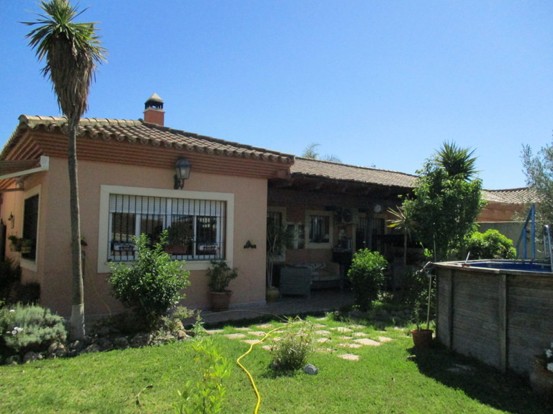 Semi detached house on a large urban plot of 488 m2 within the village of Cerralba, Pizarra.   The p,Spain