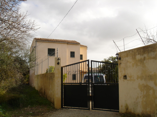 Just outside the town of Inca, and on a plot of 1000m2, various constructions of about 225m2, includ,Spain