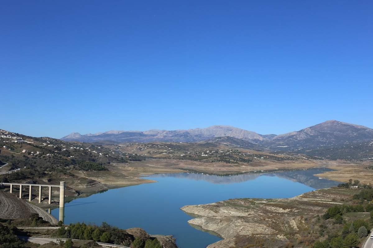 Nice house in la Vinuela. The property has spectacular and unic panoramic views of the lake of Vinue,Spain