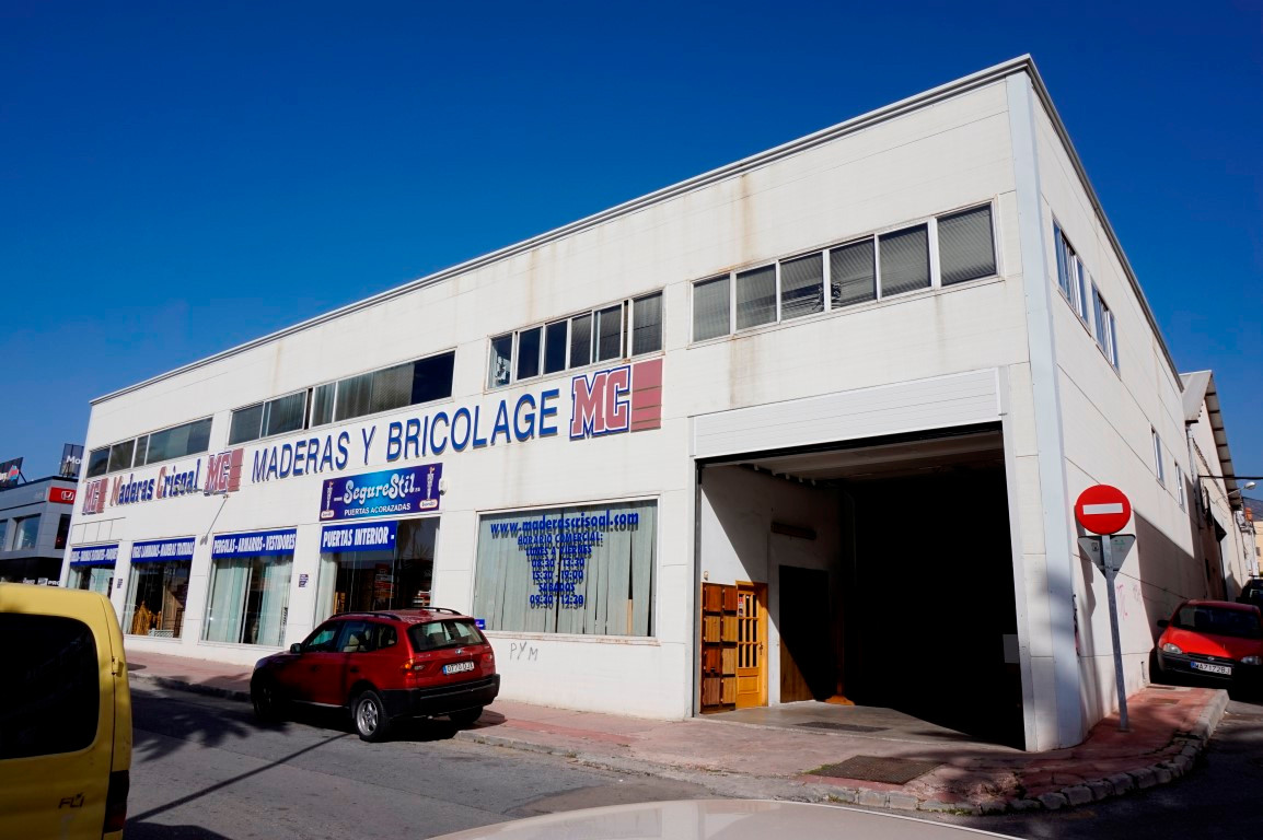 This commercial property has great transport links, at the slip road on to the N-340. It is 2000 m2 ,Spain