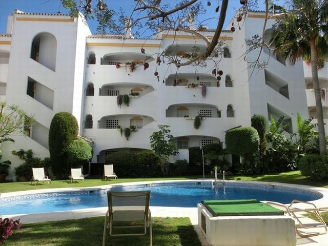 BARGAIN. PRICE REDUCED FOR A QUICK SALE.  Lovely duplex penthouse frontline golf in Guadalmina Baja , Spain