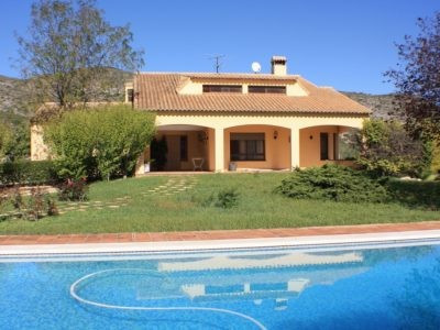Large well placed country house in a sort after area of Ontinyent. Neighbouring the mountain side th,Spain