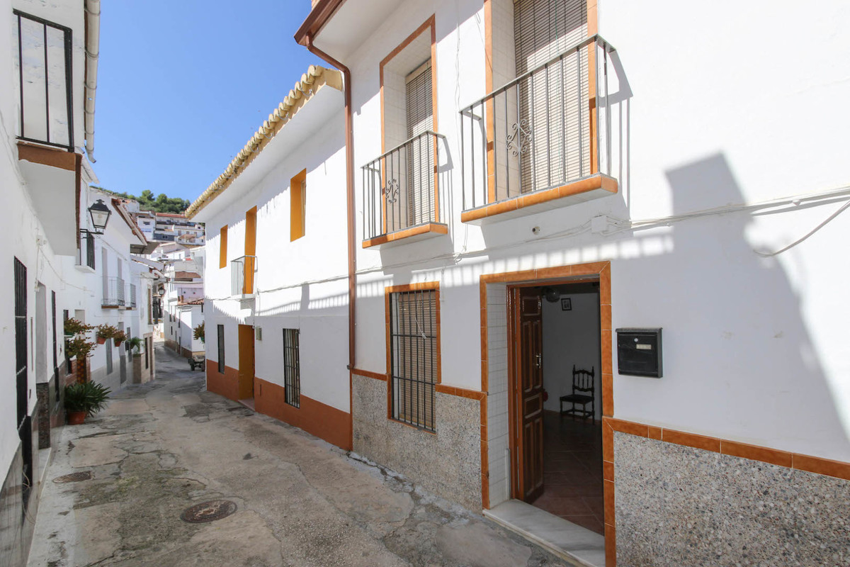Townhouse in the flat centre of Guaro.  In a tranquil street, yet within a 3 minute, flat walk to al, Spain