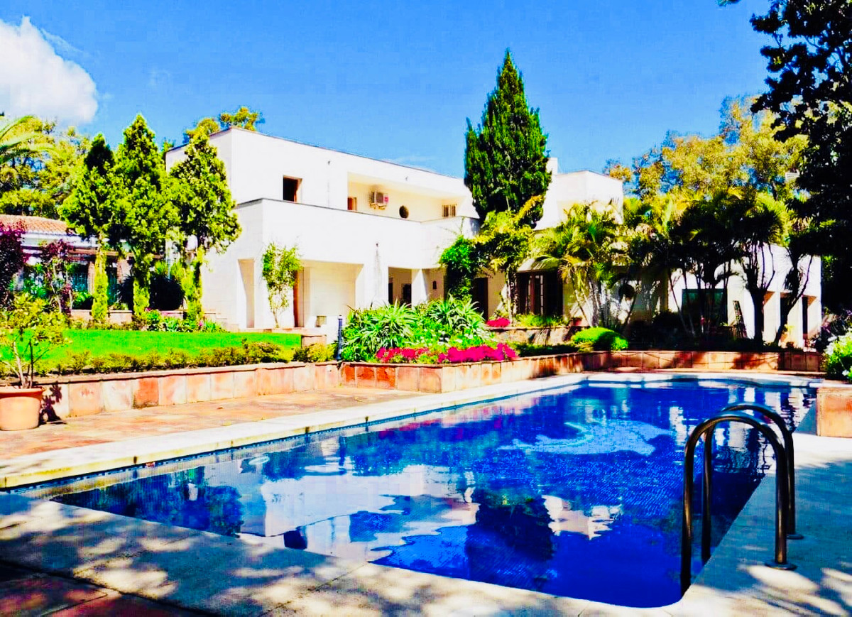 In one of the quiet areas of Sotogrande, next to shopping centers, just 3 minutes from the prestigio, Spain