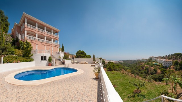 Originally listed at 880,000 Euros, Reduced to 695,000 Euros for a quick sale!  Central elevator in ,Spain