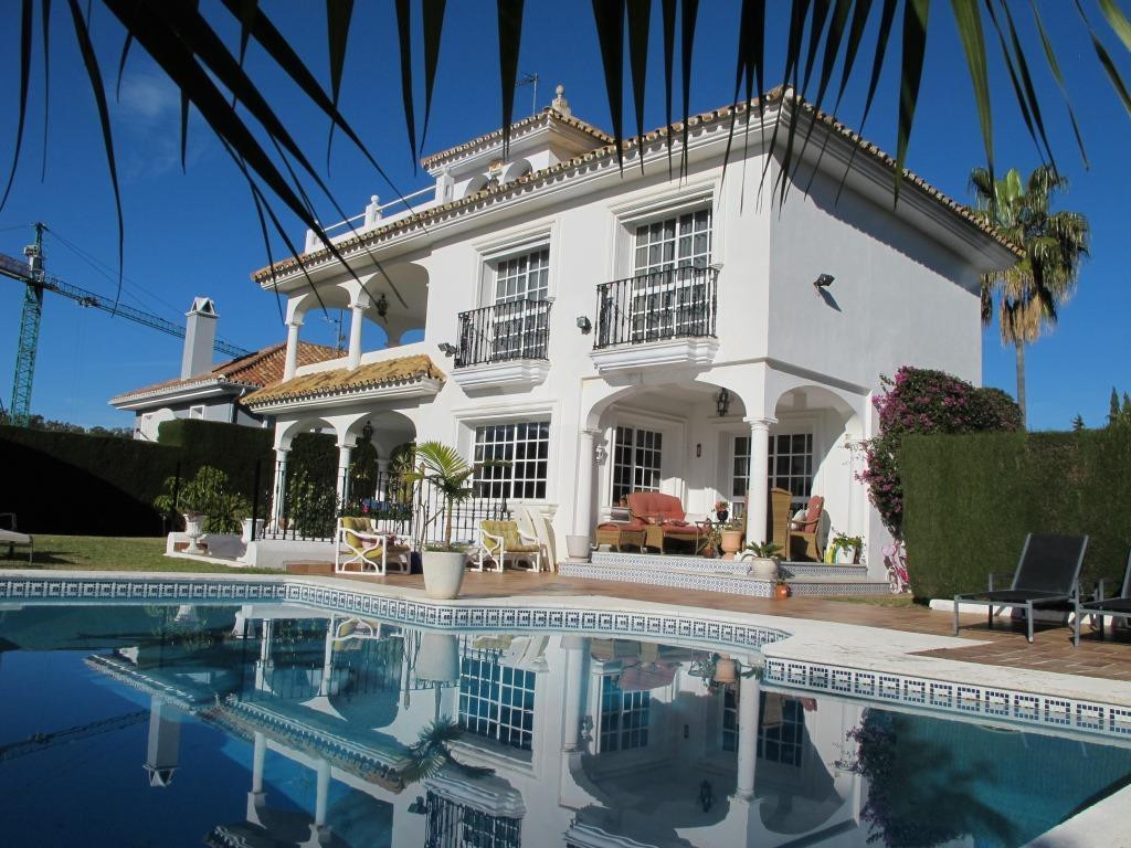 BARGAIN !!! Great family villa located in the heart of the Golf Valley, close to all kinds of busine, Spain