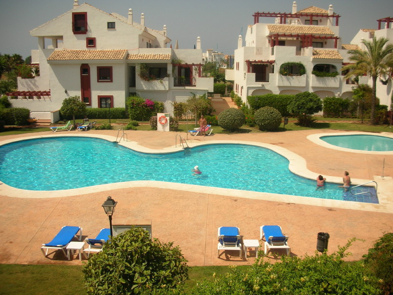 Nice first floor apartment situated in a gated development just 150 meters from San Pedro de Alcanta, Spain