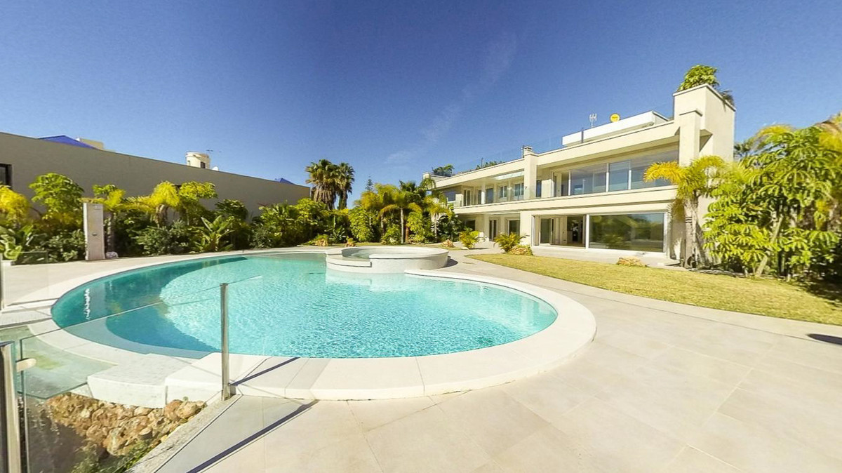 Beautiful brand new modern Villa in Bahia de Marbella with 6 bedrooms, 7 bathrooms and 1 toilet -Sau, Spain