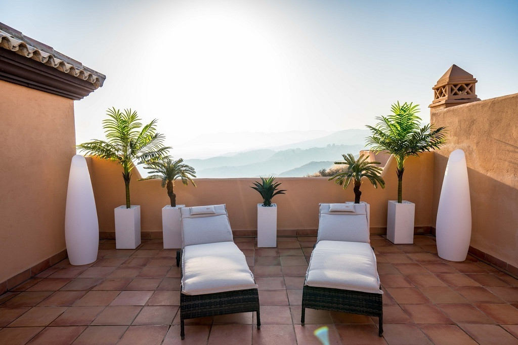 AMAZING DUPLEX PENTHOUSE WITH BREATHTAKING VIEWS located in the upper area of Calahonda (Mijas Costa,Spain