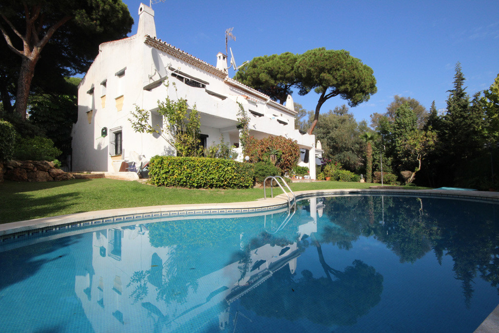 This spacious corner townhouse within lower Calahonda and close to all sorts of shops and facilities, Spain