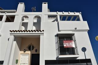 A very nice 4 bedroom town house in a quiet cul-de-sac road in San Roque. The property benefits from,Spain