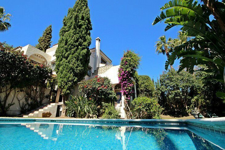 Attractive villa for sale in the gated community of Los Naranjos Hill Club in Nueva Andalucia, Marbe, Spain