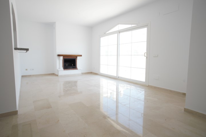 FOR SALE; This is a beautiful and bright east facing spacious apartment penthouse located just 700 m,Spain