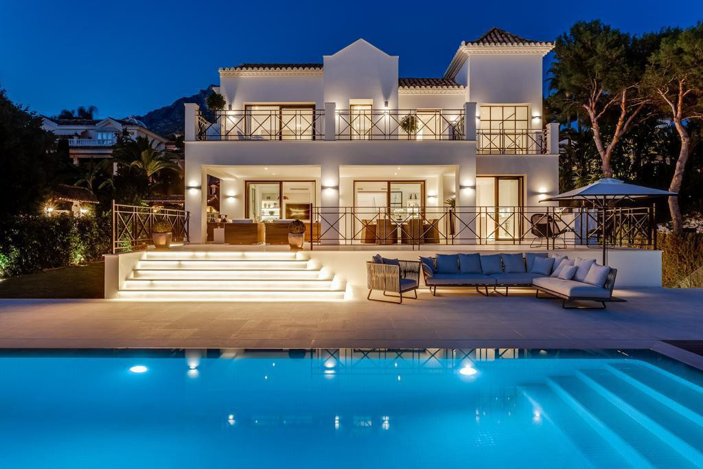 Sierra Blanca: Spacious villa with six bedrooms and seven bathrooms built on three levels with a sur,Spain