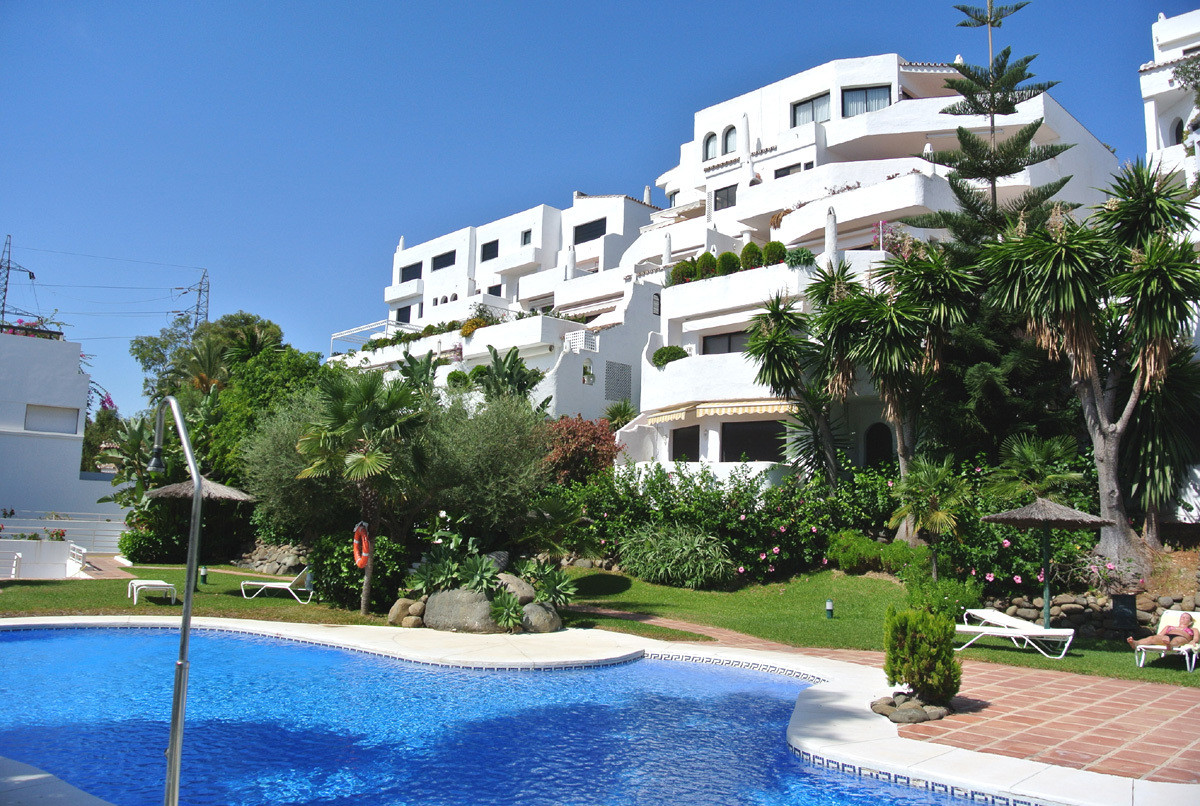This lovely apartment is located in a popular urbanization in Las Lomas del Marbella Club. The gated, Spain