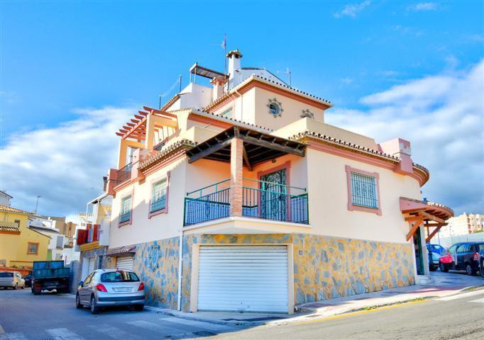 GREAT TOWNHOUSE OF 400 METERS WITH PANORAMIC VIEWS  This fabulous detached house is distributed in m,Spain