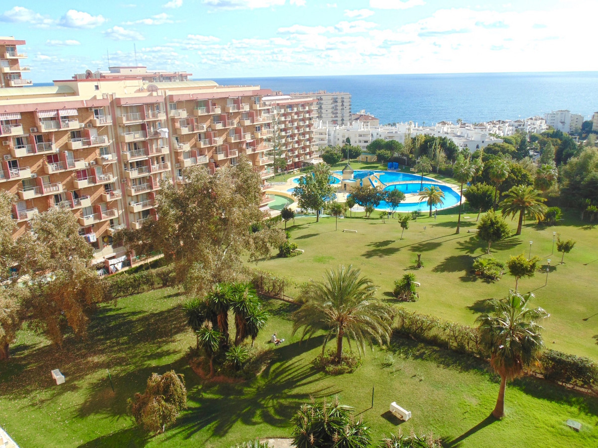 Recently reformed apartment ideally located between the park and the marina in Benalmadena.  The pro, Spain
