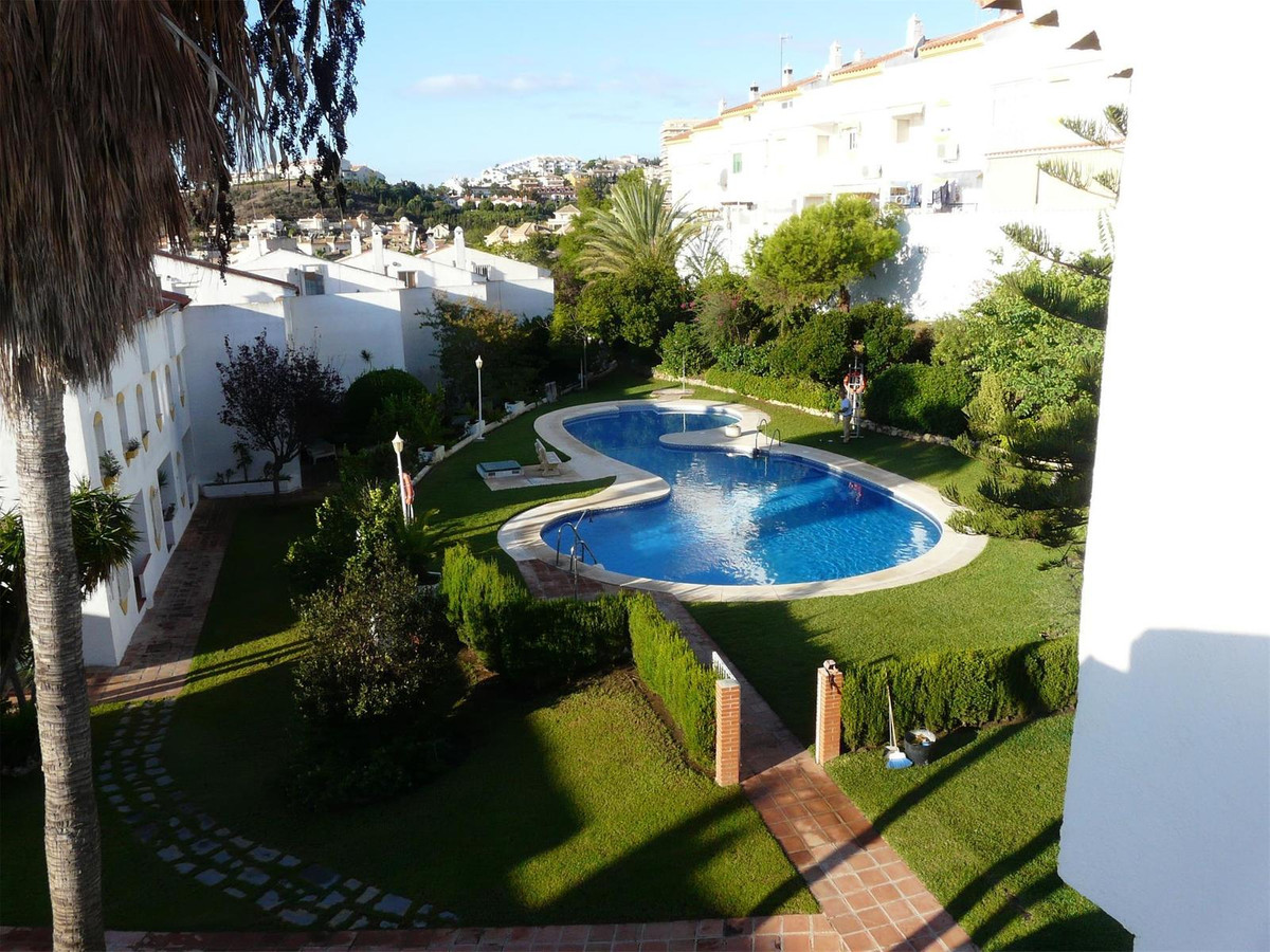 Spacious semi-detached villa consisting of 4 double bedrooms, fitted wardrobes, 2 bathrooms, 1 toile,Spain