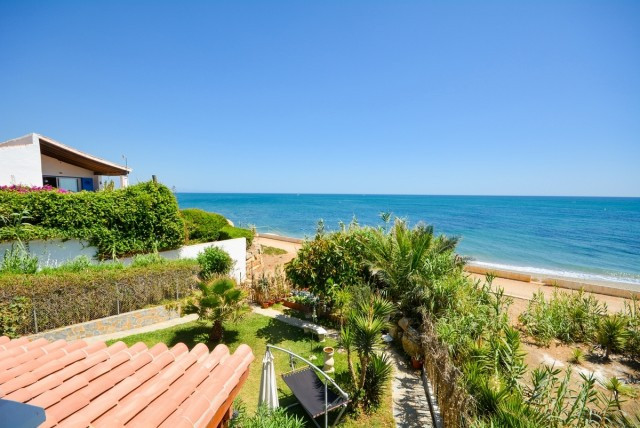 Nice Villa on first line of the beach in Estepona. With access to the beach and self containded apar,Spain