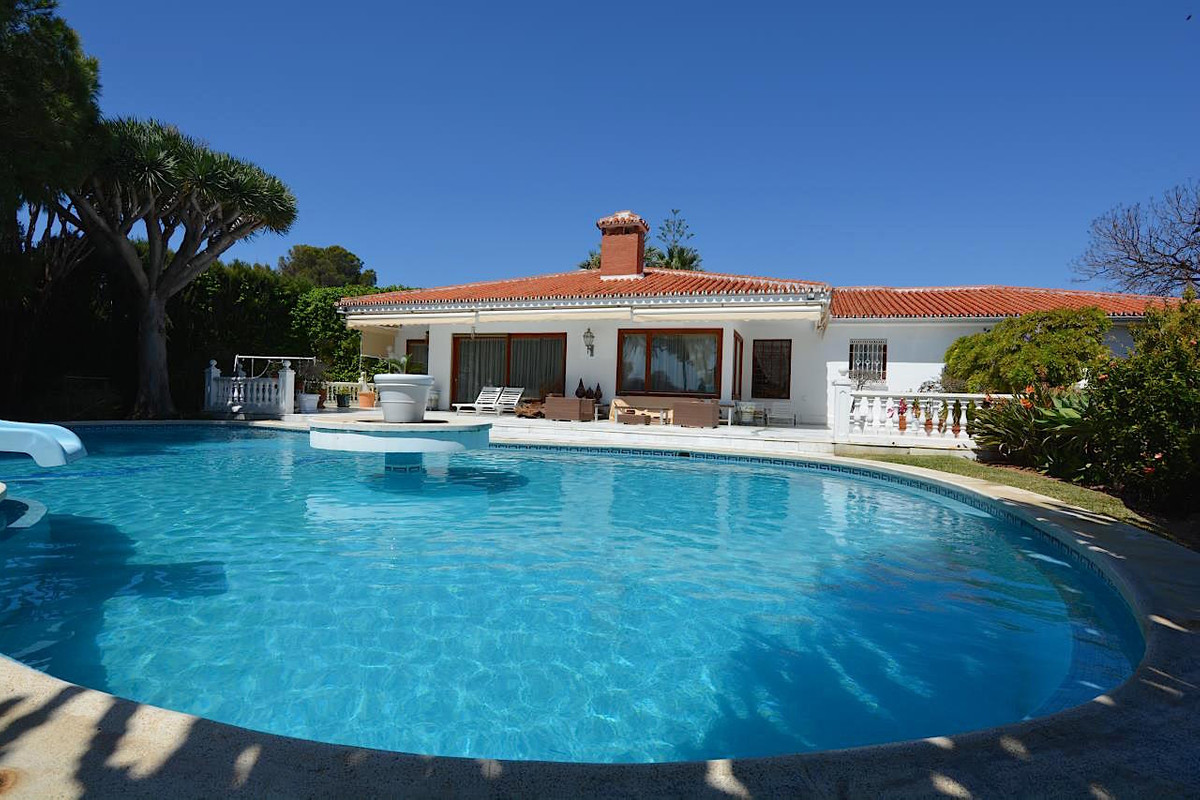 Stately villa for sale in Urbanization La Leala. Located in a quiet area and surrounded by all kinds Spain