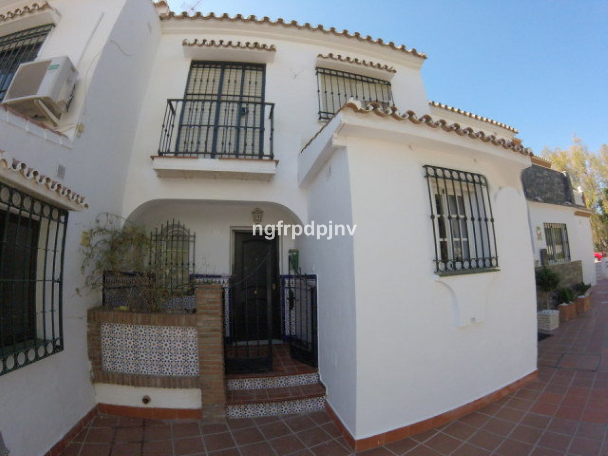 A 3 bedroom townhouse situated in Arroyo de la Miel in the heart of Benalmadena Costa. The townhouse,Spain