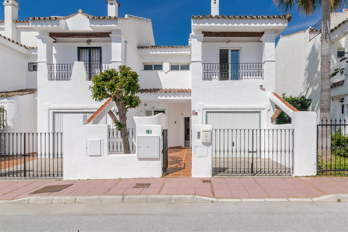 Townhouse just 10 minutes walk from Puerto Banus, with 3 bedrooms, 2 bathrooms and a toilet, with fi, Spain