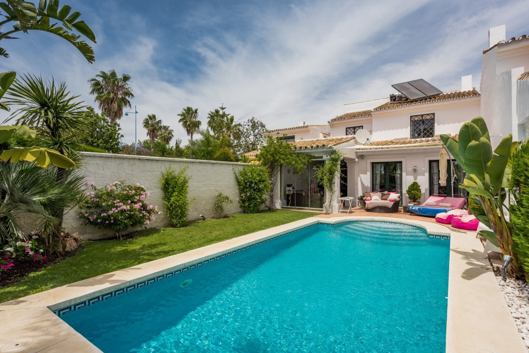Semi detached villa with 4 bedrooms and two bathrooms (one in suite), plus toilet. It has a splendid,Spain