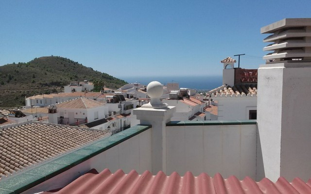 New apartment in Frigiliana offering 2 bedrooms, 2 bathrooms (one en suite), living room and kitchen, Spain