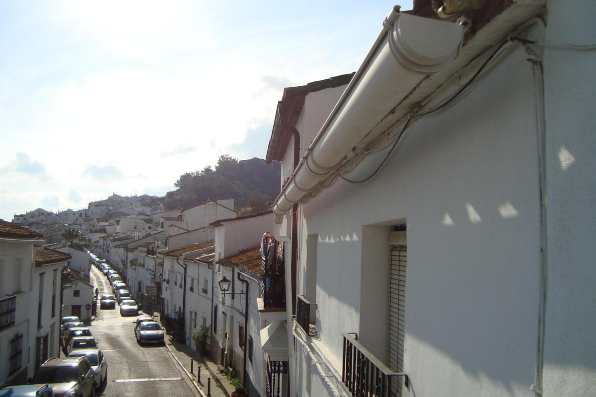 For sale, this typical village house with 5 bedrooms, 1 bathroom, kitchen, living room and storage o,Spain
