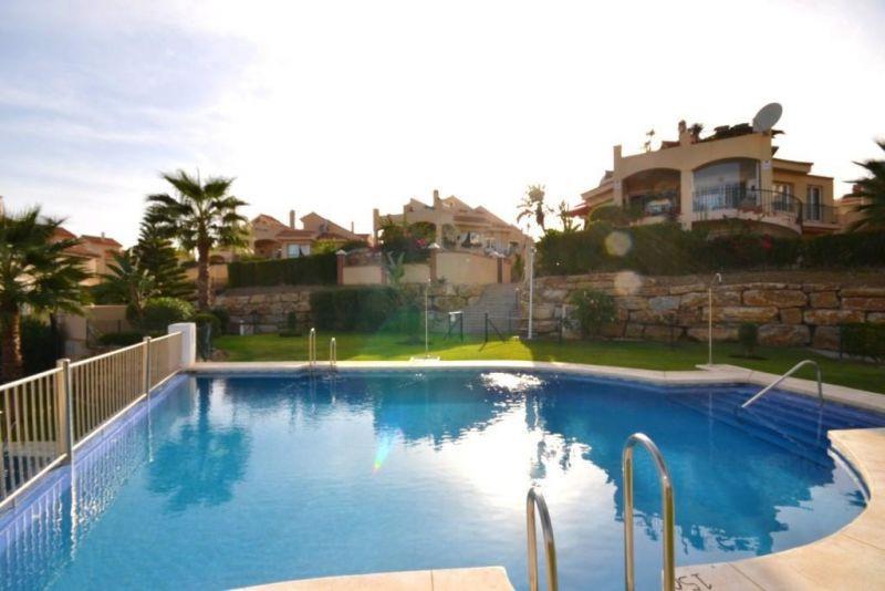 Preciosa casa pareada en Riviera del Sol. Esta distribuida en dos plantas mas solarium. Tiene una pa,Spain