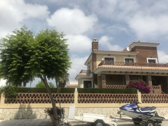 RUSTIC  AND LARGE VILLE WITH 5 BEDOROOMS AND ONE ADITIONAL IN THE GARAGE AREA. SOUTH ORIENTATION AND, Spain
