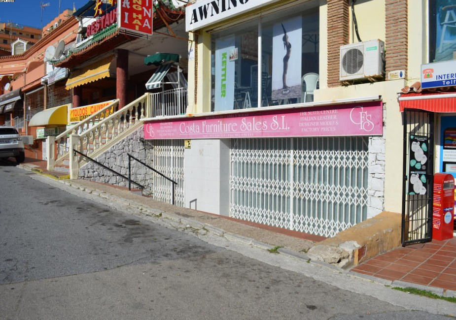 A 200m2 commercial in Calahonda area with two bathrooms, if you wish more information, do not hesita,Spain