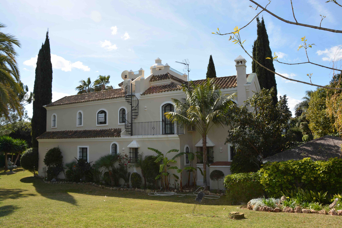 Great villa on two perfectly divisible plots since the house that is built is on one of them. The vi,Spain