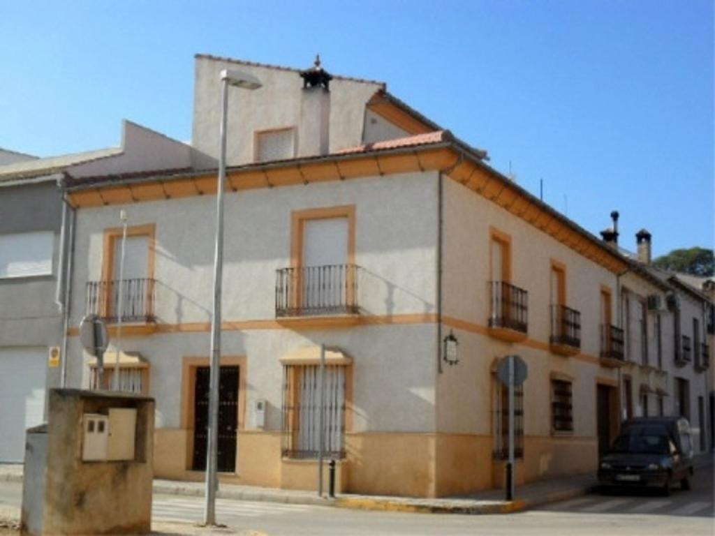 l Bank repossession end terrace townhouse on three floors, indoor garage i located on Alameda town l, Spain