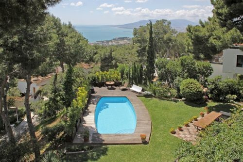 Large villa located in the best area of Malaga city and has 24-hour surveillance. The villa is distr,Spain