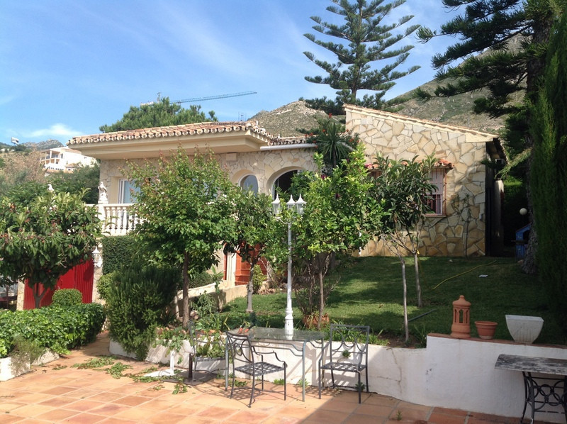 Villa of 150 m2 approx. In Benalmadena built on a plot of 720 m2, with beautiful sea views. It consi, Spain