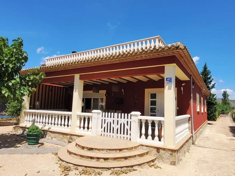 Underfloor heating, laminated flooring, modern kitchen and large lounge with feature wood burner. 5 ,Spain