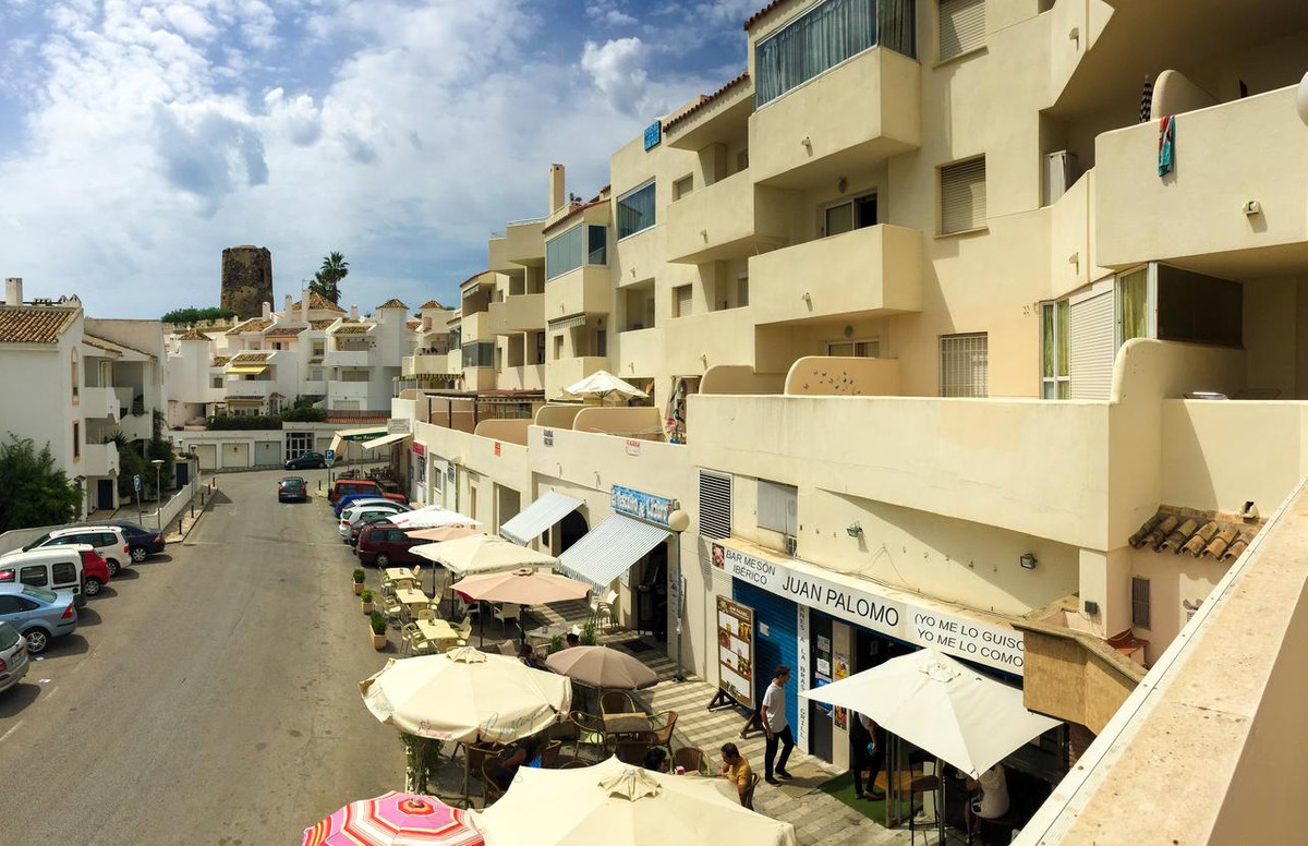 PRICED TO SELL QUICKLY. One bedroom apartment in the sought after Costa Marina apartments in Torremu, Spain