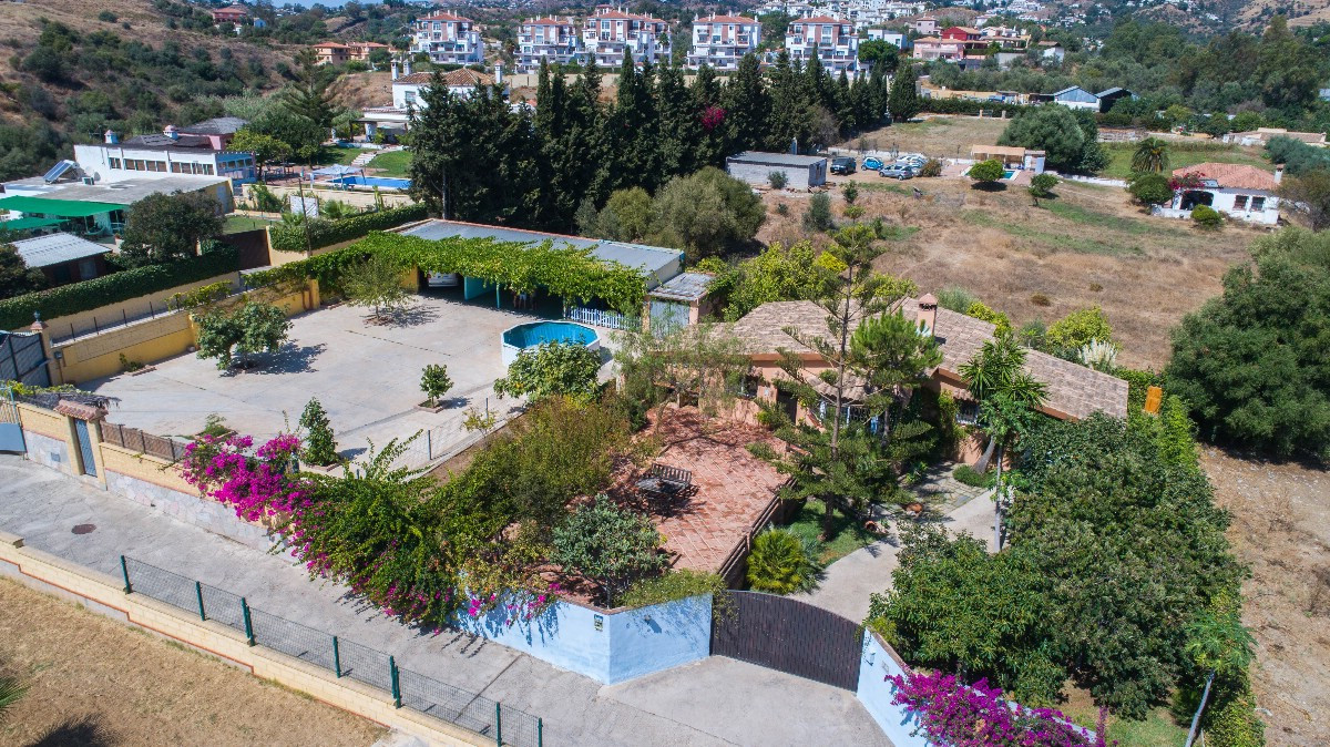 Rustic style Villa with large parking area located very close to Fuengirola... It is distributed in ,Spain